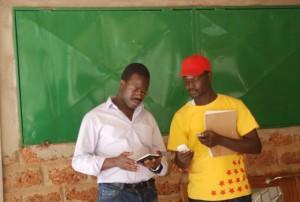 Le promoteur du restaurant à gauche avec un des organisateurs de l'activité du 8 mars