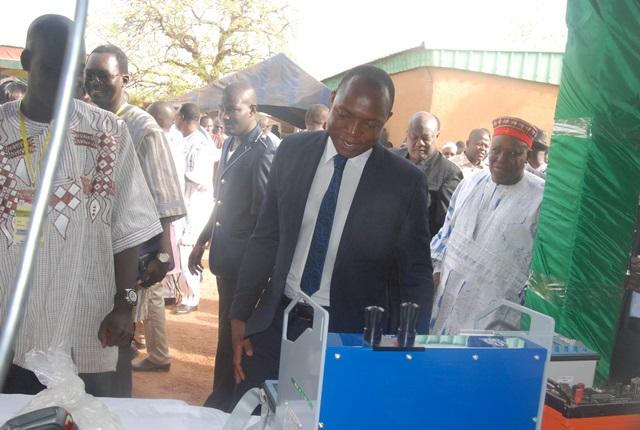 Le ministre des mines, visitant les stands
