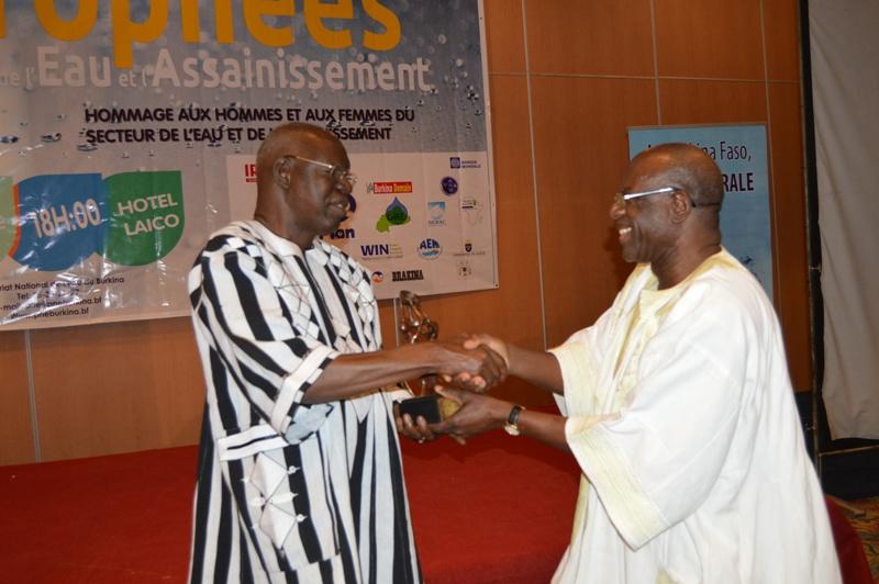 Salifou Diallo, ancien ministre de l'eau et actuel président de l'Assemblée nationale, , reçevant son tropée