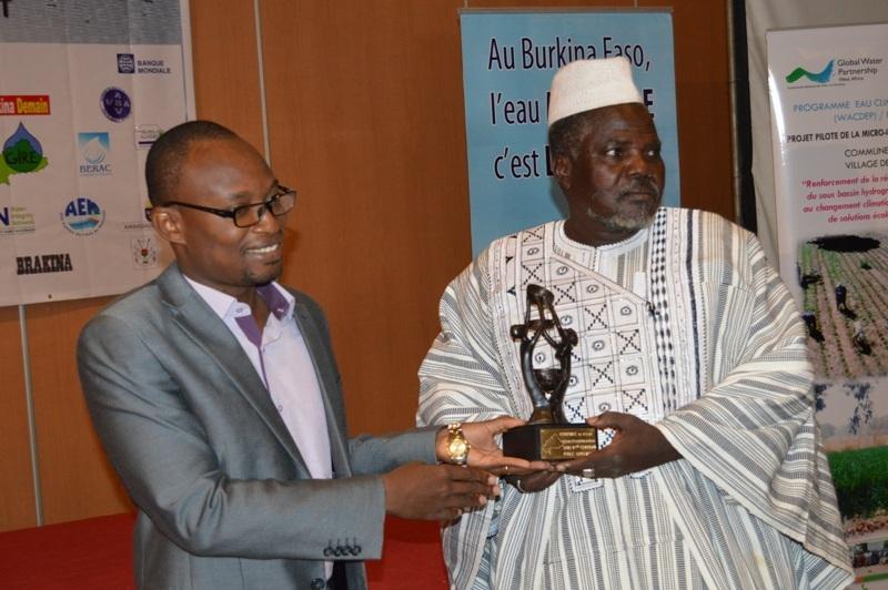 Seydou Bikienga dit « Seydou Nagréogo » recevant son trophée