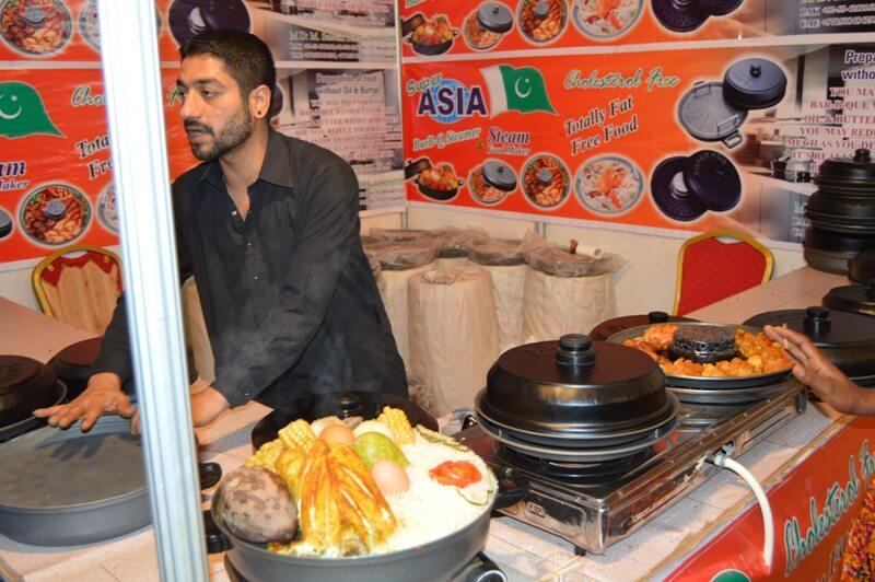Des exposants asiatiques présentant ses produits