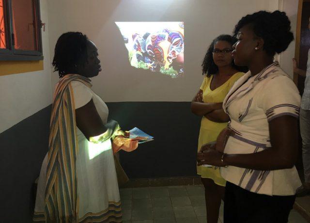Echanges entre Bertine Ouédraogo, promotrice de Zoom sur une femme battante et Emelie Tiendrebéogo promotrice de Palobdé Service, entreprise de fabrication de serviettes hygiéniques réutilisables