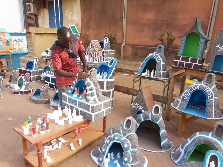 Brice Ilboudo, vendeur de décoratif pour la Noël devant l'église de la Cathédrale