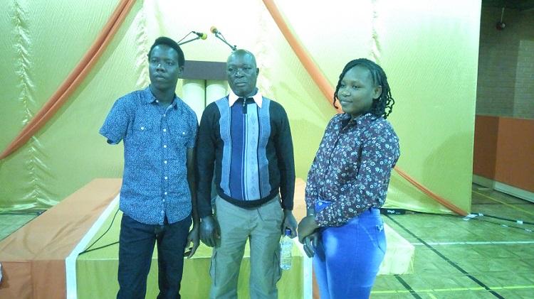 Zamanoma Kaboré (milieu) a perdu quatre doigts de sa main droite, Balguissa Sawadogo (extrême droite) a perdu la moitié de son bras droit, Innocent William Atindegla (extrême gauche) a entièrement perdu son bras droit.