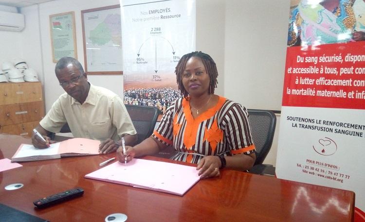 Oumar Toguyeni d'Iamgold Essakane SA et Alice Rosine Kiba/Koumaré du CNTS ont signé la convention